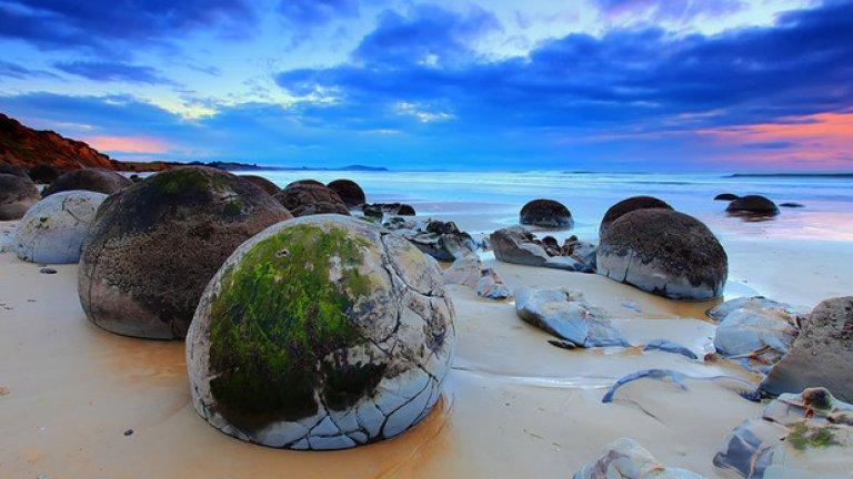 Скалните блокове на този плаж в Нова Зеландия са наричани драконови яйца. Всъщност това са седиментни скали, оформяни и изглаждани от вълните