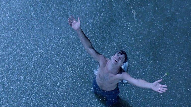 """""""Изкуплението Шоушенк"""" (The Shawshank Redemption)  Макар да е един от най-обичаните филми на всички времена, """"Изкуплението Шоушен"""" е далеч от това да е хит в боксофиса, когато излиза на екран през 1994 г. Въпреки това след редицата номинации за """"Оскар"""" – включително за най-добър филм и най-добър оператор – както и безброй телевизионни излъчвания след това, той се превръща в познато и обичано заглавие. Работата на Дийкинс тук е едва доловима и свързана много повече с кадриране и движение на камерата, отколкото с това да се заснеме красив кадър. Факт е, че има няколко кадъра, заснети с кран, които са някак изненадващи за зрителя, но подсилват емоциите в сцените. Има причина този филм да е така популярен и работата на Дийкинс е сред причините за дълголетието му."""