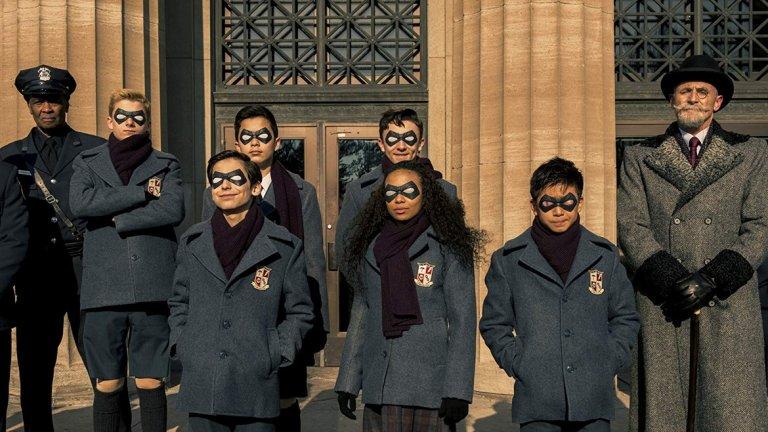 """The Umbrella Academy (Netflix)  Благодарение на Marvel и DC, супергероите превзеха малкия екран. Сериали като """"Джесика Джоунс"""" и """"Люк Кейдж"""" показаха на зрителите, че супергероите могат и да изглеждат различно и да не носят наметало. Творческите планове на Marvel обаче разделиха пътищата на комикс вселената и Netflix, затова стрийминг платформата трябваше да потърси друг източник за истории за хора със свръхсили. Така на екран се появи The Umbrella Academy - по комикса на Джерард Уей и илюстратора Гейбриъл Ба. Публикувана за първи път през 2007 година от Dark Horse Comics, историята носи на Уей престижната награда за комикси на името на Уил Айзнър.  Епизодите напомнят бегло на """"Х-Мен"""" по това, че героите са обединени в своеобразно училище за хора със свръхестествени способности. Тук силите им включват пътуване във времето, телепортация, общуване с мъртвите. Изненадващо приятен сериал за почитателите на комикси, на които им е омръзнало от битката за зрители между DC и Marvel."""