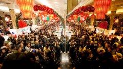 """Около 140 млн. потребители се очаква да излязат на пазар в """"черния петък"""" - пикът на американската търговия.   Вижте как започна треската за разпродажби в галерията."""