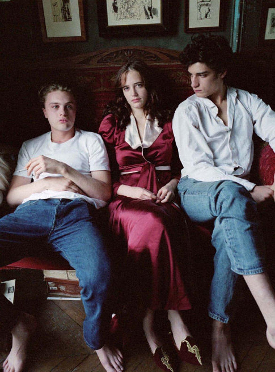 """Мечтатели  През 2003 година Ева Грийн се появява в """"Мечтатели"""", където за първи път привлича погледите върху себе си. Там тя влиза в ролята на Изабел, която заедно с брат си Тео, кани американски студент на име Матю с дома си. Там тримата живеят по свои собствени правила и експериментират с емоциите и сексуалността си, увлечени в поредица от все по-предизвикателни умствени игри."""