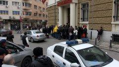 Група клиенти на КТБ обсадиха централата на затворената банка, тъй като се оказа, че данните им са били сгрешени при подаването им към обслужващите банки. Така хората не успяха да получат обещания достъп до парите си.