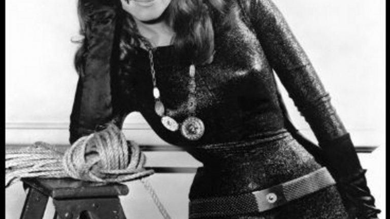 """4.Джули Нюмар На четвърто място, известната жена-котка в сериала """"Батман"""", излъчена от Abc до 12 януари 1966 година до 14 март 1968 година."""