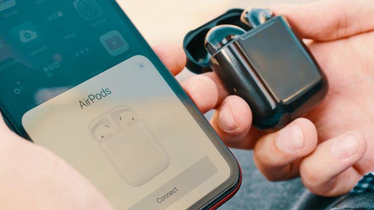 Apple AirPods (2016)  След като направи mp3 плейърите достъпни за всички и изобрети смартфона, Apple със своите AirPods запозна хората и с Bluetooth слушалките. Технологията веднага стана мейнстрийм. В един момент мислите колко глупаво изглеждат слушалките без кабел, а в следващия вадите 200 евро за собствен комплект.