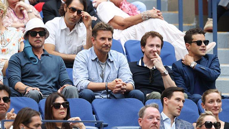 Каква четворка само! Брад Пит, Брадли Купър, Джоузеф Мазело и Рами Малек един до друг. Брад Пит обича тениса от малък, докато Брадли Купър е чест зрител на подобни големи мачове, включително в Европа. Мазело е огромен фен на Рафаел Надал, а Рами Малек в момента тренира тенис в Лос Анджелис.