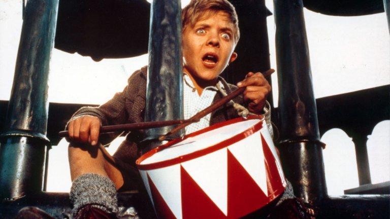"""""""Тенекиеният барабан""""  Заснет по едноименната книга на Гюнтер Грас, филмът разказва за разпадането на Третия райх през погледа на малкия Оскар Матзерат (Марио Адроф). За третия си рожден ден той получава от майка си тенекиен барабан, който остава с него 18 години. Когато е ядосан, Оскар удря силно с барабана, а когато започне да крещи, превръща всяко стъкло около себе си в сол. Но най-големият му талант е, че успява да остане дете, въпреки че годините минават и обстоятелствата се променят."""