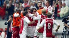 Младият отбор на Аякс се радва, след като спечели 30-ата титла в историята на клуба