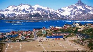 Тук рита и Дядо Коледа... Това е стадиончето в Тасииля, Гренландия. Гледката е уникална!