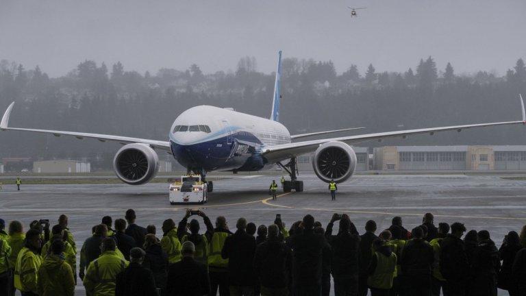 """Най-дългият пътнически самолет направи първия си тестови полет, но ще са нужни месеци преди да стане достъпен за пасажерите. Машината, която може да превозва до 425 пътници, дебютира в тежък момент за """"Боинг"""" около двете катастрофи на 737MAX и последвалото спиране на полетите с него."""