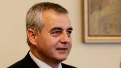"""Бившият заместник-министър на здравеопазването и бивш шеф на УС на здравната каса Емил Райнов е обвинен за търговия с влияние - искал на два пъти общо 28 млн. лева от """"Търговска лига"""", за да уреди обществени поръчки"""