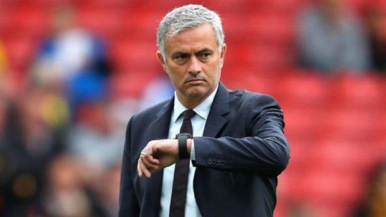 """Свалянето на Моуриньо  На 16 декември Манчестър Юнайтед загуби безславно с 1:3 от Ливърпул и това се оказа последният мач за мениджъра на """"червените дяволи"""" Жозе Моуриньо. Този път извинението на португалеца за загубата беше, че твърде много от футболистите му се контузвали често. Но вече всички бяха уморени от оправданията на Моу, включително и шефовете му, които решиха, че трябва да го уволнят, за да опитат да спасят сезона. Пет месеца по-късно, въпросът продължава да бъде доколко вината е била в Моуриньо и доколко в играчите и в ръководните лица."""