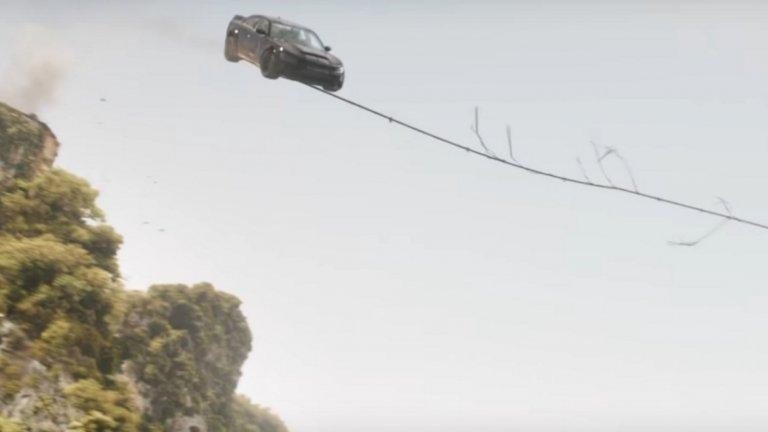 ...и кола, която се люлее на въже като Тарзан.