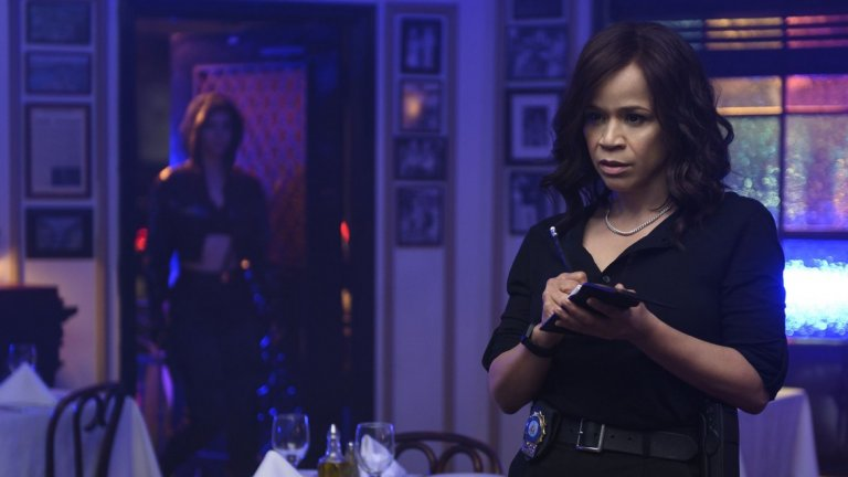 В ситуацията са замесени още няколко жени - от малка крадла до талантлив детектив, пренебрегвана от колегите си.