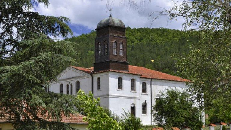 """Близо до старото кметство се намира символът на село Кости  - църквата """"Св. Св. Крил и Методий"""". Храмът е построен в края на XIX век, а в него се съхраняват уникални старинни икони от периода XIVXVII век."""