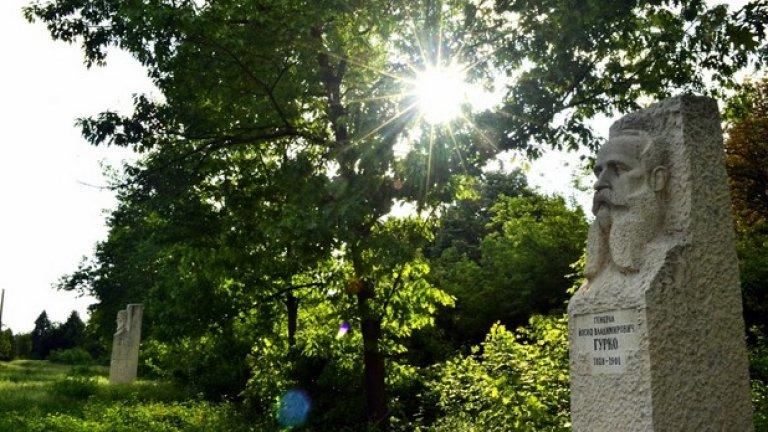 През цялото време на пребиваването ни в парка не срещаме нито един човек, а обраслите с висока трева алеи между скулпторните композиции красноречиво показват, че по тях отдавна никой не минава.