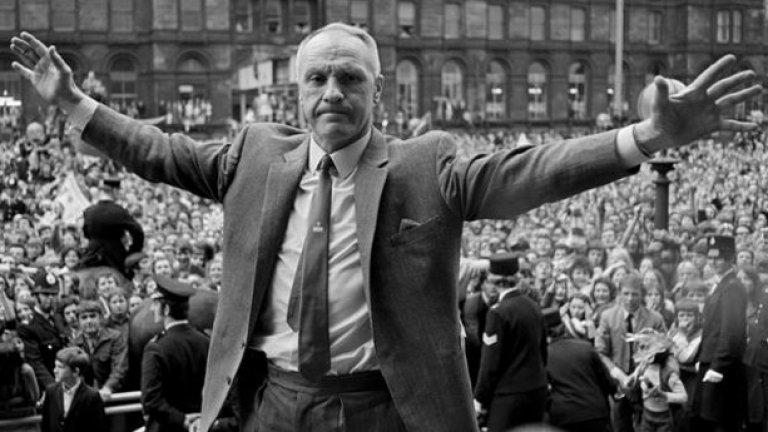 10. Бил Шенкли  Тактически гений и фундаментална личност за историята на Ливърпул. Издига клуба до Първа дивизия на Англия и го утвърждава там с три титли на страната и с една Купа на УЕФА през 1973 г. (първи европейски успех за Ливърпул въобще).