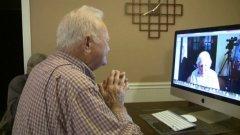 93-годишният ветеран от САЩ Норууд Томас се събра с младежката си любов Джойс Дорант (Морис) от Австралия, след като двамата се намериха по Skype