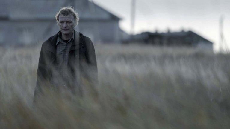 """""""Левиатан"""" (Leviathan)  Нашумелият руски филм е сред гала премиерите на фестивала. Той спечели """"Златен глобус"""" и номинация за """"Оскар"""", но очаквано беше приет със смесени чувства в родината си заради неудобните въпроси, които задава към руската държава.  В покрайнините на малък крайбрежен град живее семейството на Николай, което е под постоянния тормоз на корумпирания местен кмет, решен да им отнеме земята, къщата и малкия автосервиз. За да спаси дома си, Николай се обажда на стар приятел от казармата, който вече е преуспял адвокат в Москва. Двамата заедно решават да отвърнат на удара, като съберат компрометиращи факти за кмета.   Кога:  на 13 март в Cinema City Mall of Sofia от 21.20, 14 март в Arena Deluxe Bulgaria Mall от 21.00, 15 март в зала 1 на НДК от 20.30, 17 март в Cine Grand от 20.30, 18 март в Културния център на СУ от 19.45, 19 март в G8 от 20.30 и в Cinema City Mall of Sofia от 19.00, 22 март в Евро Синема от 18.15, 26 март в кино Одеон от 20.30 и 29 март в G8 от 20.30"""