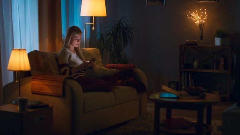 Променете осветлениетоНеслучайно има професии, които се занимават изцяло с физиката на светлината – всъщност как виждаме и усещаме едно пространство до голяма степен зависи от това как е осветено то. Затова помислете дали използвате правилно наличните в дома ви лампи – дали ако не преместите нощната от спалнята в хола ви, няма да си създадете повече уют? А може би въобще не се сещате да си пускате някоя? Всяка една малка промяна в това отношение може напълно да промени атмосферата, възползвайте се.
