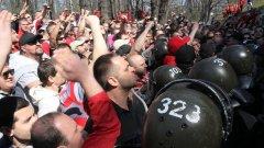"""Търгът, който беше насрочен за 30 март, пропадна, след като фенове на """"червените"""" блокираха входа на стадион """"Българска армия""""."""