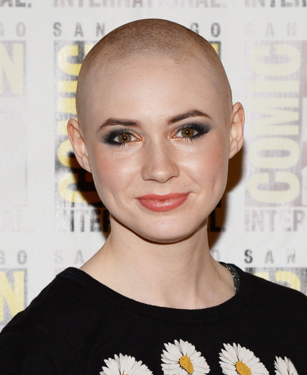 """Бръсне главата си, а след това носи собствената си коса като перука  Изкуството изисква жертви и Карън трябва да обръсне главата си за ролята на Небюла. По това време ѝ предстои участие и в комедийния сериал Selfie, а там героинята ѝ трябва да е с коса. Ето защо екипът зад """"Пазителите на галактиката"""" внимателно събира кичурите на Гилън и ѝ сглобява перука от собствената ѝ коса, която тя после носи по време на снимките на сериала."""