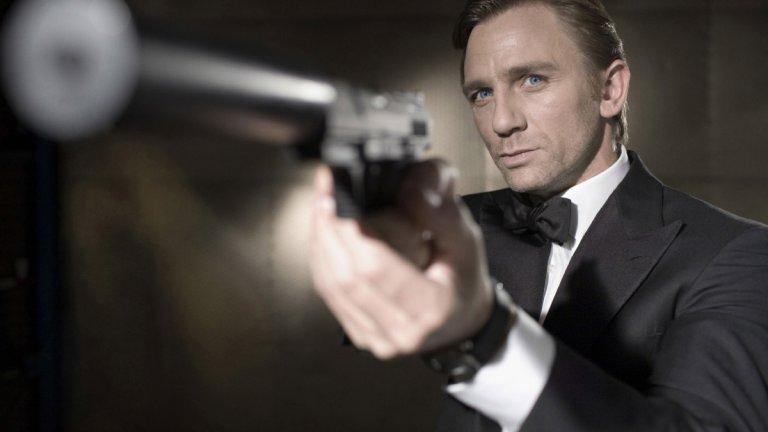 """""""Казино """"Роял"""" (Casino Royale, 2006 г.) Бонд е: Даниъл Крейг  Новият век ясно показа, че има нужда от нов Бонд. Не само от смяна на актьора в ролята, но и в това поредицата да бъде заземена, да се върне в реалността и да се сбогува с крайния абсурд. В първия филм с Даниъл Крейг в ролята сякаш е пропуснато съществуването на предните - няма го изобретателния Q, няма ги колите и джаджите.   Бонд току-що е получил повишение, но и нова мисия - да докара до банкрут мистериозния Льошифър (Мадс Микелсен), който спонсорира терористи. Това ще трябва да направи не с чар и оръжие в ръце, а с уменията си на масата за покер по време на игра в казино в Черна гора. Задачата обаче е усложнена, когато се появява факторът """"жена"""" - спиращата дъха Веспър Линд."""