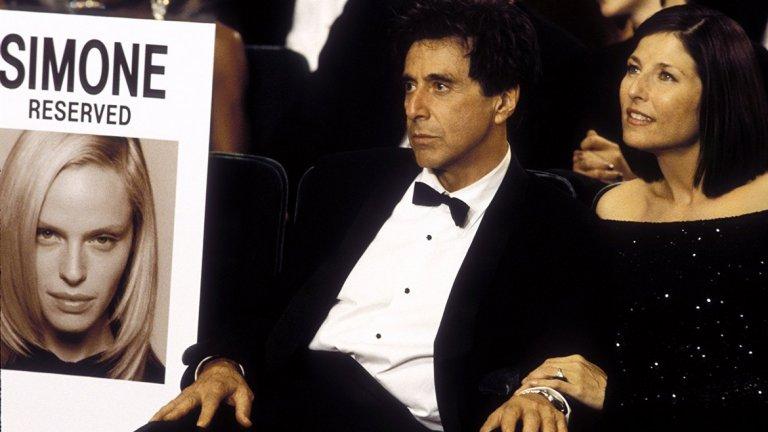 """Ал Пачино в """"Симон""""   Идеята на филма е сравнително добра, но реализацията й граничи с пародия. Ал Пачино е Виктор Тарански – продуцент, обсебен от идеята да направи следващия си голям хит. От болните му амбиции се """"ражда"""" русата и изкусителна Симон – дигитален образ, който обаче всички взимат за реален човек. Замислен като сатира на Холивуд, филмът можеше да стане шедьовър, но не успява, а Пачино изиграва една от най-слабите роли в кариерата си."""