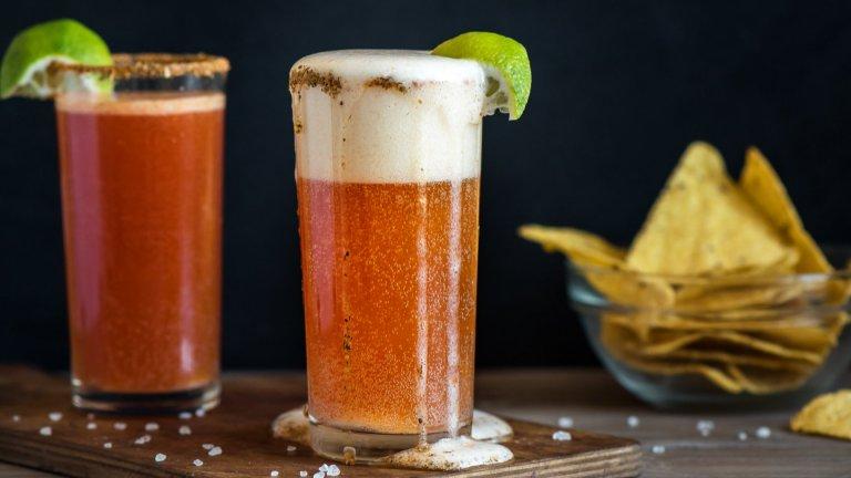 МичеладаМичеладата е един от онези коктейли, които звучат странно, но се оказват изключително вкусни. За перфектната мичелада ви трябва бира, по възможност - мексиканска, доматен сок, сос Табаско, сос Уорчестър и сол и пипер за ръба на чашата. Пълните висока халба до една трета с доматен сок, сипвате бирата и подправяте, като не пестите пикантните сосове. Гарнирате с резен лайм.