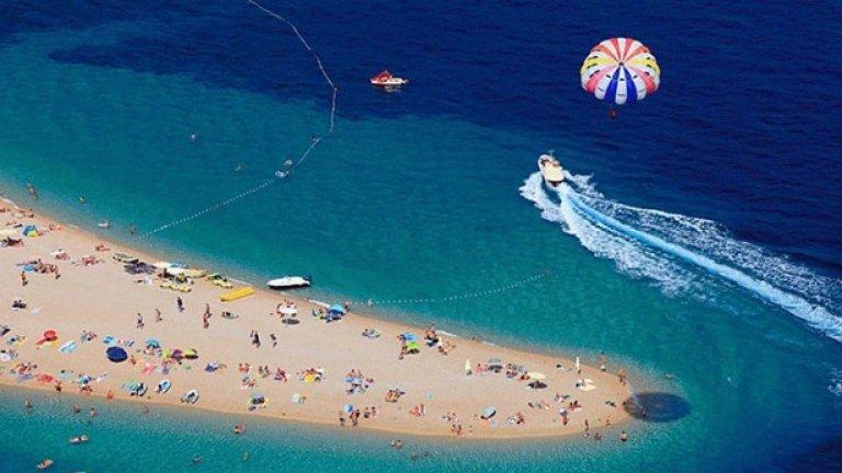 Хърватският Златни Рат е тесен плаж с уникална форма, която се изменя в зависимост от посоката на вятъра и подводните течения. Той е разположен на остров Брач и е включен в списъка с най-необичайните места по света. Златни Рат е също така и привлекателна дестинация за уиндсърфинг