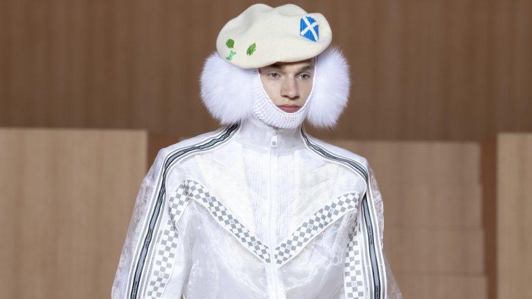 """Белите такета са must-have в авангардните редици на мъжката мода тази година. А ако под тях има огромни, пухкави наушници тип """"заешка опашка"""", визията става още по-драматична. Съчетаването с лъскаво яке със ска елементи от материя, наподобяваща найлон, също е много добре."""