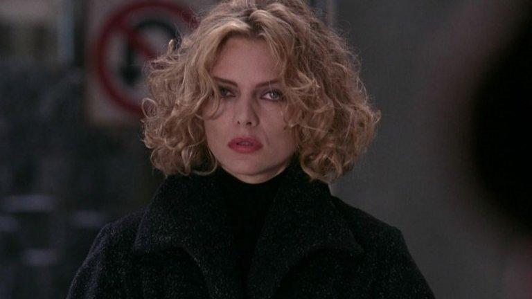 В тази версия на историята Селина Кайл (Пфайфър) е свита и самотна жена, която работи като асистентка (или секретарка, зависи кого питате) на злодея Макс Шрек (Кристофър Уокън). След като тя случайно разкрива неговите мръсни планове за бъдещето на Готъм, Шрек я убива, като я бута през прозорец на бизнес сградата си. Кайл обаче е мистериозно върната към живот от няколко улични котки. От тук насетне героинята вече сякаш е друг човек - по-предизвикателна и по-агресивна. Сама си прави маска и костюм, с които започва да тормози престъпниците на Готъм, но в желанието си да отмъсти на Шрек се изправя и срещу Батман, въпреки че като Селина започва връзка с Брус Уейн.