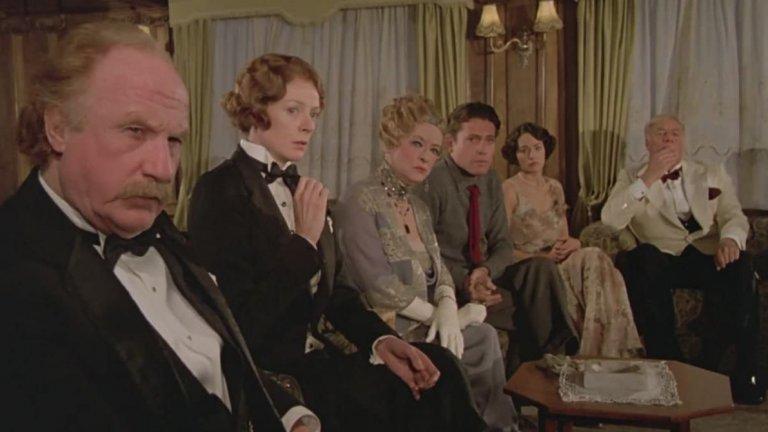 """""""Смърт край Нил""""  Емблематичен е филмът с Питър Устинов в главната роля и Миа Фароу, която му партнира. А тази година очакваме и версията на Кенет Брана. Отдадени на екзотично пътешествие из Кайро, пирамидите и красивите води на Нил, група непознати стават част от любовен триъгълник, който приключва с фатален край. Един човек е мъртъв, а кръгът от заподозрени не е толкова голям, тъй като всички те – кой от кой по-екцентричен – са затворени на кораб някъде между Кайро и Луксор. Еркюл Поаро също е на борда и се заема да разреши мистерията. """"Смърт край Нил"""" е една от най-софистицираните творби на Агата Кристи и се нарежда сред върховите ѝ постижения до заглавия като """"Десет малки негърчета"""", """"Алиби"""" и """"Афера в имението Стайлс"""". Не мигайте, докато гледате, за да не изпуснете едно убийство, маскирано като театрално представление."""