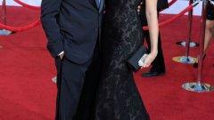 """Джорд Клуни, номиниран за ролята си в """"Потомците"""", изглеждаше спретнат в смокинг на Giorgio Armani, а половинката му Стейси е зашеметяваща в черна рокля от дантела на Marchesa"""