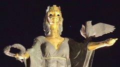 Статуя на Св. София, символ на смъртта или женски демон на проституцията. За кого е важно това?