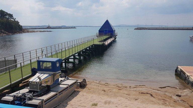 Сред нарушенията са плажна ивица без свободен достъп, изградено без разрешениеяхтено пристанище и сгради без одобрени инвестиционни проекти и разрешенияза строеж