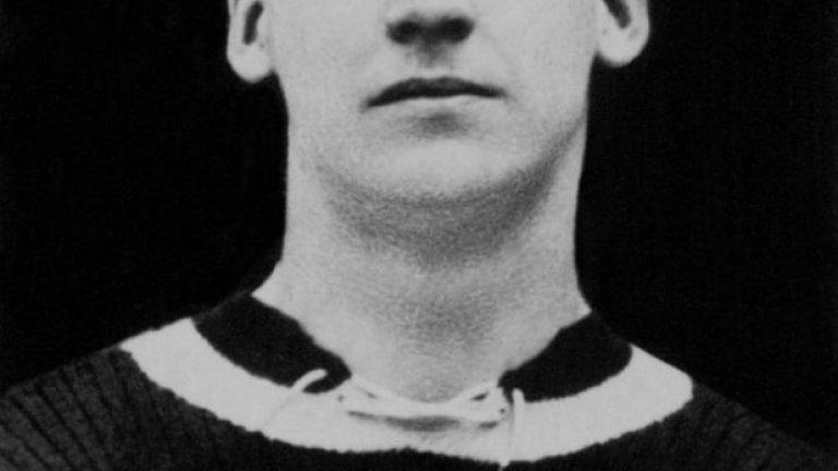 Били Уокър си отиде в средата на 60-те години, но в годините след футболната му кариера не се налагаше да си плаща бирата в нито един пъб, притежаван от привърженик на Астън Вила. В 24 дербита срещу Бирмингам през 20-те и началото на 30-те години Уокър заби 11 гола. Невероятно техничен и бърз, той остава фолклорна легенда на града. Колко жалко, че днес Вила няма нито един подобен герой, за да се опре на него в трудните времена...