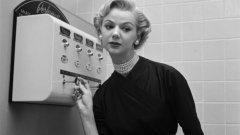 Channel 5 в тоалетната  Това момиче не само изглежда прекрасно, но и ухае чудесно благодарение на автомата за парфюми в Ню Йорк. Германската компания за автоматични уреди Щолверк & Ко изобретява през 1895 г. машини за течности, с които могат да се продават включително и парфюми. Те обикновено се монтират в тоалетните на гарите, театрите и кафенетата, но могат да се намерят и във вагони на влакове.