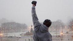 """""""Роки""""  """"Роки"""" е най-триумфалният филм в спортната селекция и един от най-могъщите мотивационни инструменти за излизане рано сутрин, търчане из урбанистичните пейзажи с финален спринт по избрани стълби и обръщане към града с издигнат нагоре победоносен юмрук. Силвестър Сталоун пише сценария и играе в тази изконно американска история за изминаването на драматичната дистанция от дъното до върха. Персонажът Роки е икона на физическата и духовна мощ, символ на """"американската мечта"""" и може би най-митологизирания спортен персонаж в киното. Финалният бой с Аполо Крийд е върховна демонстрация на филмови умения."""