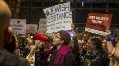 На няколко американски летища бяха организирани протести  срещу забраната, наложена от Доналд Тръмп на граждани от 7 мюсюлмански държави да влизат в САЩ.
