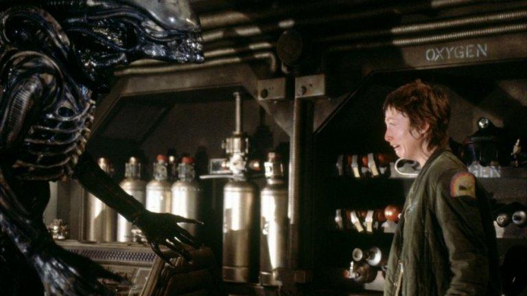 """Пришелецът (1979 г., реж. Ридли Скот)  """"Винаги съм бил голям почитател на Ридли Скот и, когато все още бях хлапе, """"Пришелецът"""" и """"Блейд Рънър"""" определено ме впечатлиха много, защото създадоха тези необикновени светове, в който можеш напълно да се потопиш"""".  Първият филм от поредицата """"Пришелецът"""" разказва за екипажа на космически кораб, който се сблъсква с агресивен и опасен извънземен вид, който достига зрялост след досег с друг организъм – в случая обречените членове на екипажа."""
