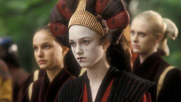 """Най-ранната ѝ роля в голям филм е в епизод на """"Междузвездни войни"""", т.е. може би сте я гледали там, макар че може би не го подозирате. Найтли играе една от двойничките на Падме Амидала (Натали Портман) в """"Междузвездни войни - Епизод 1: Невидима заплаха"""" (1999 г.). Тя няма много екранно време и не е изненада, че дори да гледат филма днес, много зрители едва ли ще я познаят."""