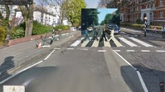 """Abbey Road на Beatles. Обложката на последния студиен албум на """"ливърпулската четворка"""" от 1969 е толкова прочута, че кметството на Уестминстър в Лондон се налага да пребоядисва стената до пешеходната зебра на всеки три месеца, за да изтрива графитите на феновете, а пътните значи са поставени високо над земята, защото иначе редовно биват крадени."""