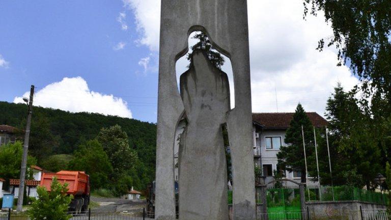 Паметникът на жителите на селото, участвали в последната фаза на Втората световна война.