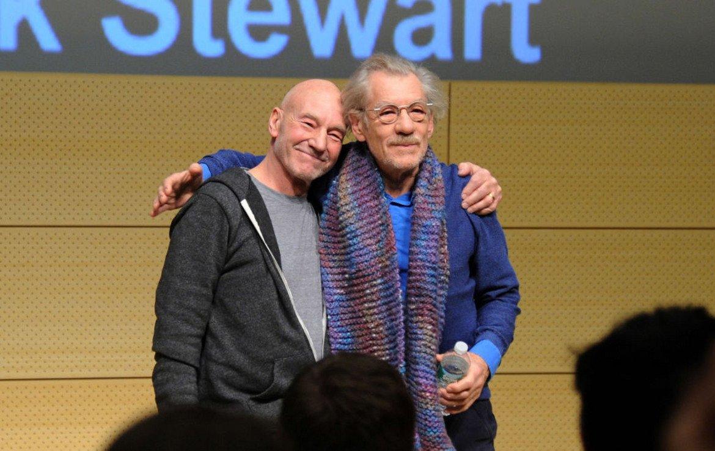 Иън Маккелън и Патрик Стюарт Двамата са дългогодишни приятели. Обичат да пътуват из света заедно, разменят си приятелски целувки и са сочени за пример за епично приятелство в Холивуд. Приятелството им се заражда на снимачната площадка на блокбъстъра X-Men (2000). Техните герои в миналото са споделяли крепко приятелство, но в настоящето се изправят един срещу друг за това как трябва да изглежда бъдещето на мутантите.