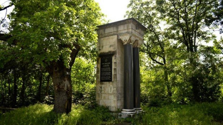 Плахи са стъпките сред покоя на мемориалния парк. Сякаш за да не смущава съня на загиналите герои, всичко тук е потънало в тишина и дори птиците пропяват едва-едва.