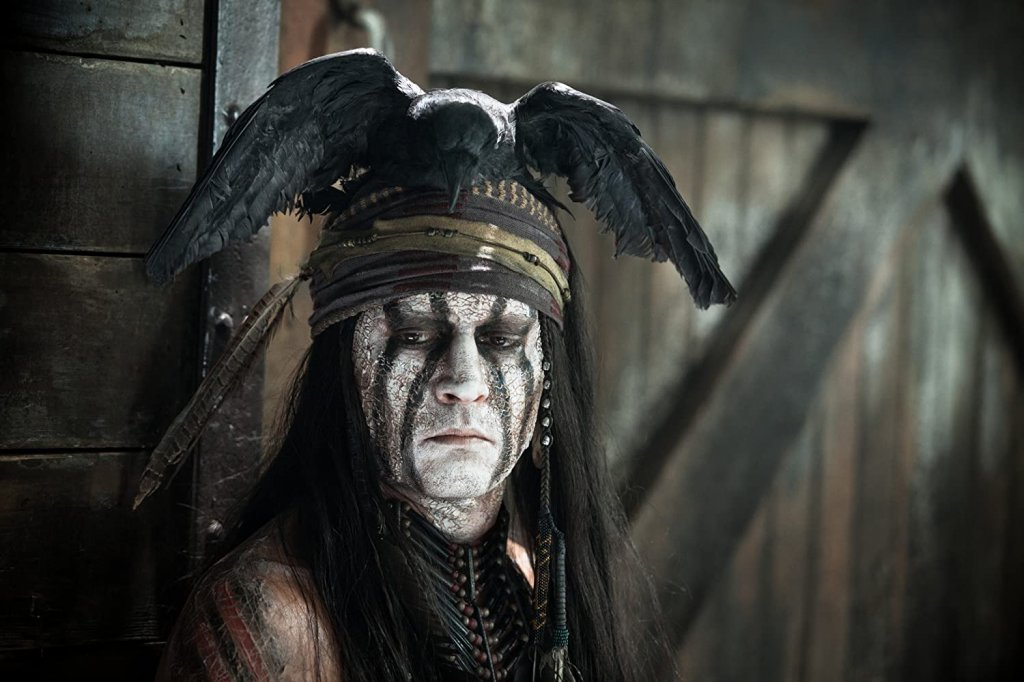 """Джони Деп в """"Самотният рейнджър"""" Джони Деп неведнъж е споделял, че има индиански корени, но това не пречи да предизвика скандал, когато е избран за ролята на Тонто в """"Самотният рейнджър"""". Въпреки недоволството именно Деп внася важни промени в сценария и в образа на героя, защото първоначално Тонто е бил съвсем второстепенен и незначителен персонаж."""