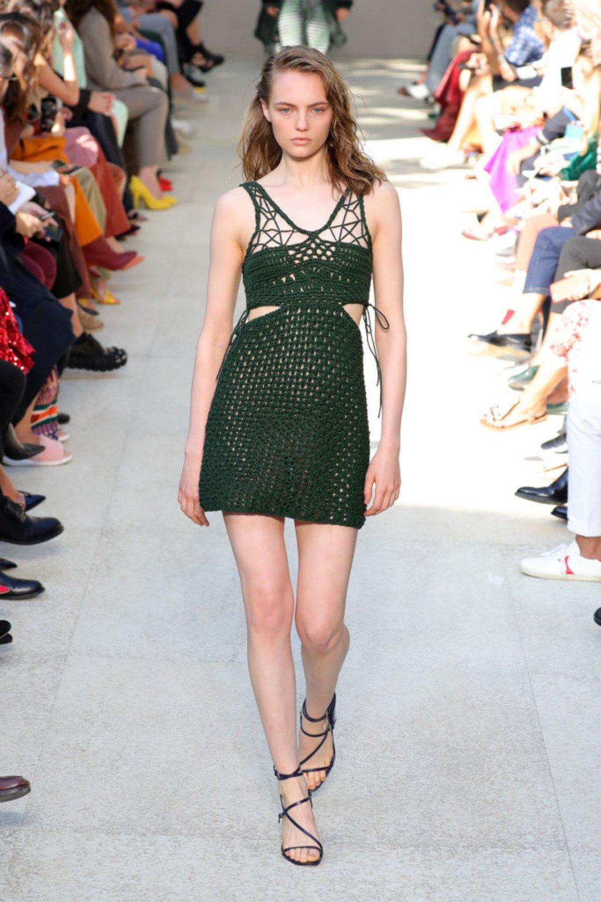 Зелен лук (Chive)  Още един нюанс на зеленото, но този път по-тъмна, по-богата и... по-тревиста. Това е страхотен неутрален оттенък и се съчетава красиво с много цветове - особено с шафран.   Модел на Salvatore Ferragamo от колекцията пролет/лято, показана на Седмицата на модата в Милано.