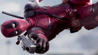 """Насилието  До момента всеки филм за супергерои от вселената на Marvel е бил насочван към тийнейджъри и е оценен със стандартния в такива случаи рейтинг PG-13. """"Дедпул"""" също е базиран на комикс на Marvel, но филмовите права на героя се държат от Fox, които са избрали да реализират R-рейтинг продукция с повечко материал за възрастни, който съответства на изобразяването на Дедпул в комиксите.   В резултат Дедпул не само говори мръсотии, но и упражнява кърваво насилие над неприятелите си, каквото не можем да видим в """"Железния човек"""", """"Спайдърмен"""" или """"Капитан Америка"""". Вместо да дрънчат брони и да се разрушават роботи, тук хвърчат човешки глави и по-близката аналогия е с екшъните от 80-те."""