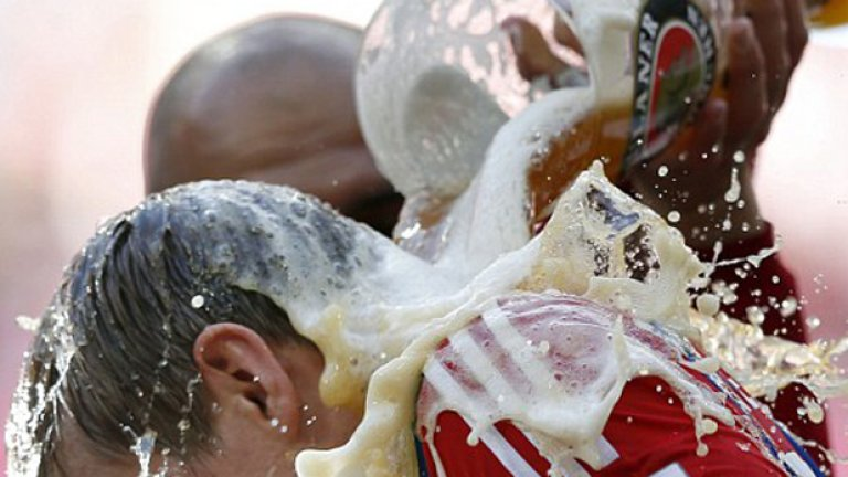 Гуардиола схваша бързо - залива Тони Кроос с бира от огромна халба.