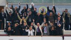 Снимката, която показва сезона на Челси досега - всички около тях се радват, а Жозе е с посърнала, невярваща физиономия...
